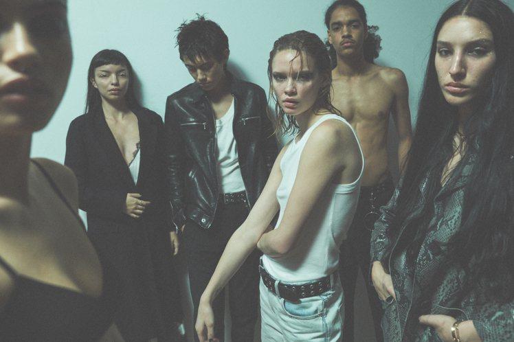 AllSaints春夏形象大片,依舊找來素人模特兒擔綱,演繹「New New Y...