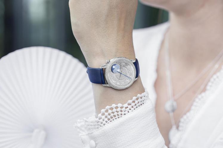 以高級訂製服概念佐以高級製表工藝,江詩丹頓帶來全新伊靈系列女表。圖/江詩丹頓提供...