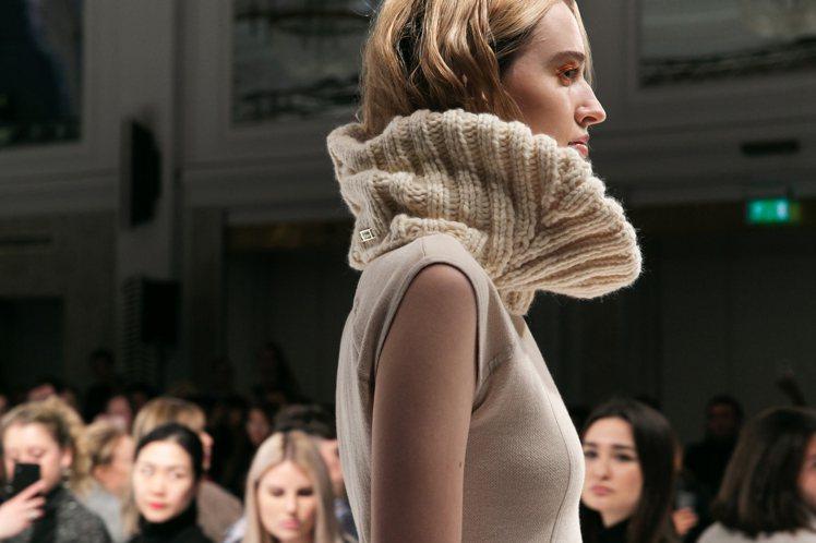 針織以羊毛搭配不同的絲、棉材質,透過電腦自動演算技術,再編織出各式款式服裝與帽款...