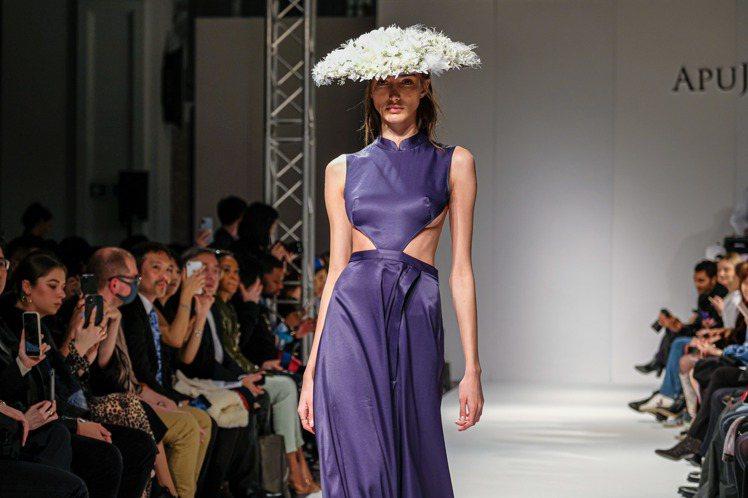 花朵編織而成的東方奇幻風格帽飾,搭配結合東方傳統服飾細節的禮服。圖/APUJAN...