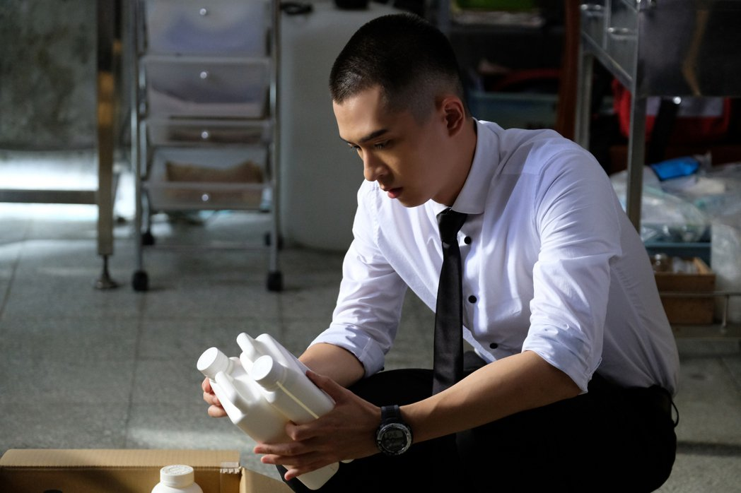 石知田在「妖怪人間」中是負責處理妖怪事務的菜鳥書記。圖/公視提供