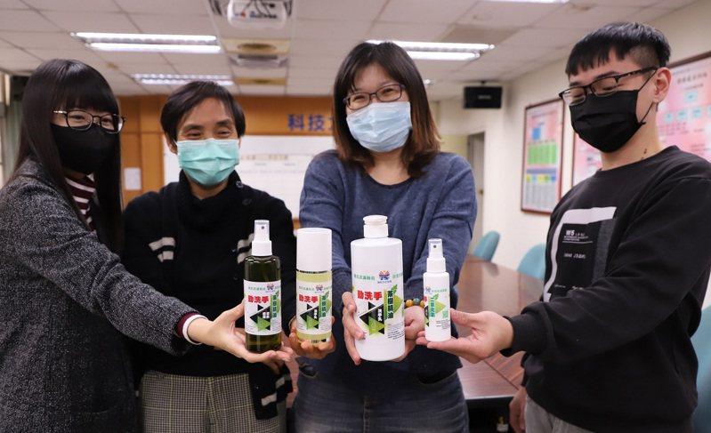 高科大開學前防疫消毒動起來,自製防疫物資備戰。圖/高科大提供