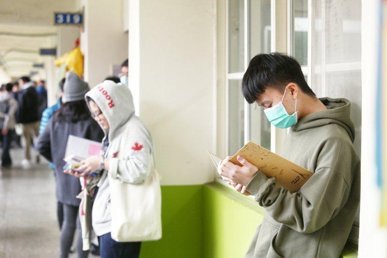 今年大學學測,台北一考區兩名「同名同姓」的考生,在同一試場互相坐錯座位應試,大考中心考試委員會今天審議學測申訴案,決定扣減該節成績二級分。本報資料照片
