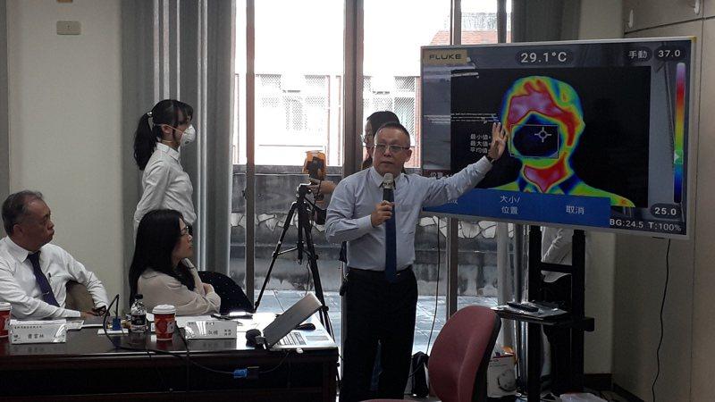 長榮大學開發新顯像技術,能快速檢測口罩密合有無洩漏。記者周宗禎/攝影