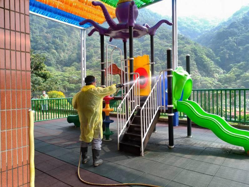 嘉義縣18鄉鎮市公所清潔隊,開學前校園全面消毒。圖/縣府提供