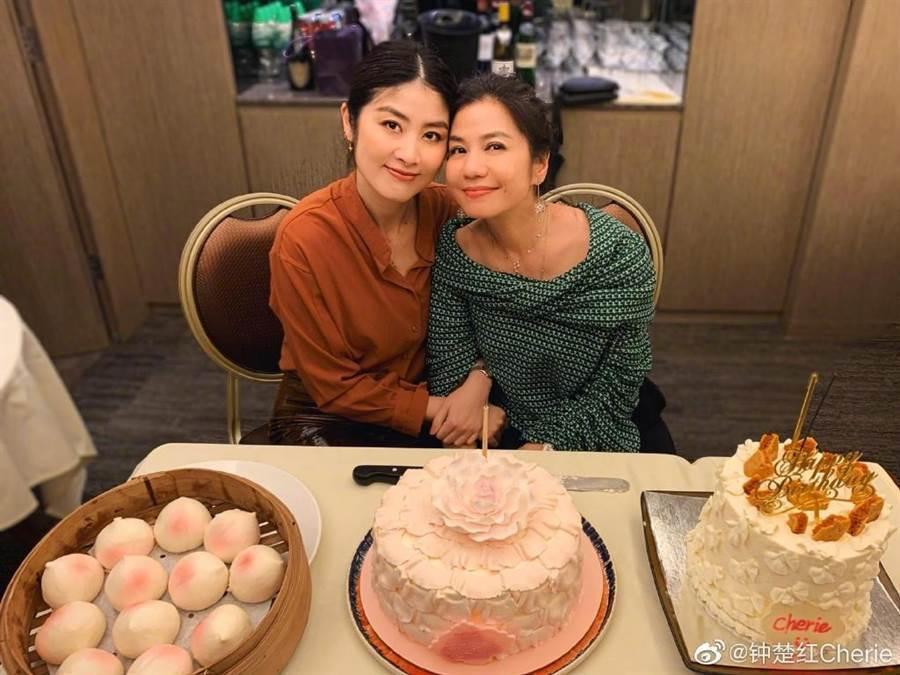 鍾楚紅(右)60歲和小12歲的陳慧琳卻像姊妹。圖/摘自微博