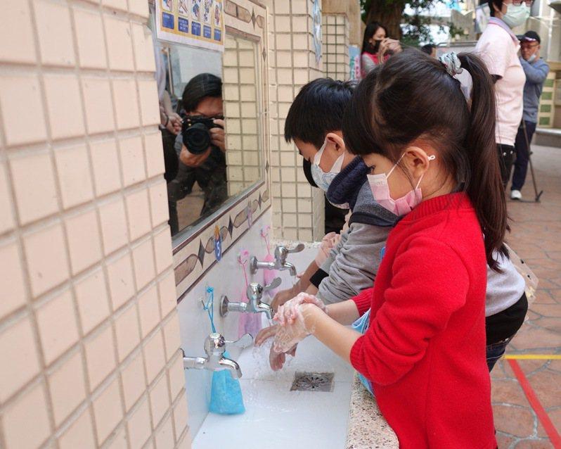 嘉義市教育處因應新冠肺炎疫情、鼓勵多洗手,將移除校園水龍頭省水裝置、發健康護照。記者卜敏正/翻攝