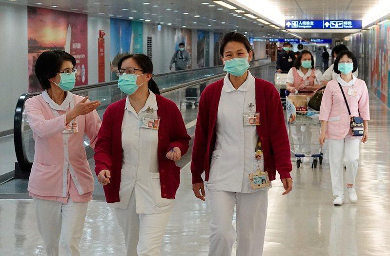 武漢肺炎疫情沒有降溫的跡象,桃園機場針對來自中、港、澳的班機的旅客執行檢疫工作,由於班機臨時更換登機口,支援的醫護人員趕緊步行到另一個登機口待命。圖/本報資料照片