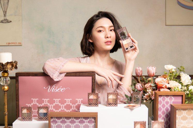 Visee晶緞璃花眼影盒融合低調奢華優雅光澤與瑩透色調,妝點大人感的水靈雙眸。圖...