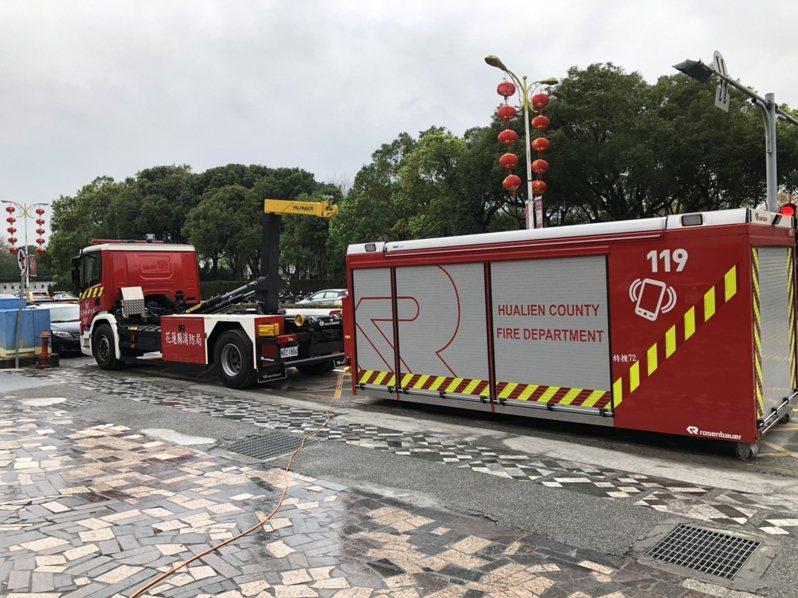 花蓮縣從奧地利引進造價1800萬的「勾拉臂式裝備器材車」,通過35度防側翻測試。圖/花蓮縣消防局提供