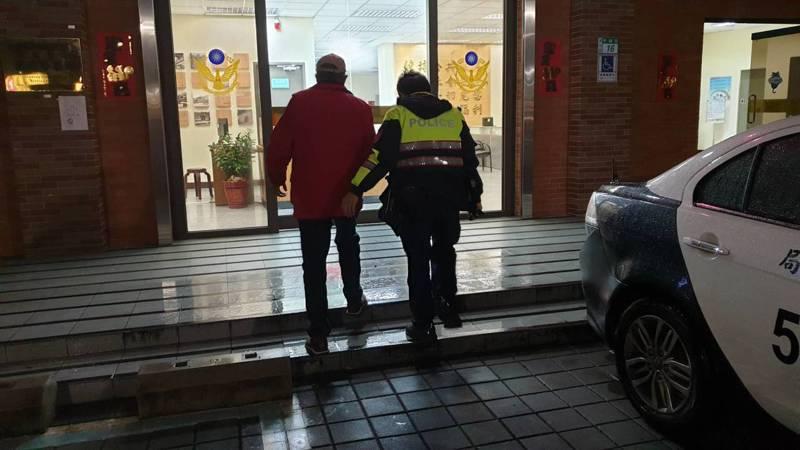 員警見寒流來襲,天氣十分寒冷又下雨,便先將孫翁帶回所內安置。圖/警方提供