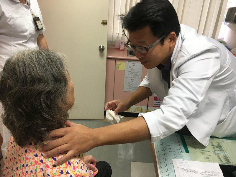 南投縣陳姓八旬婦人因胸悶、喘、說話不順等症狀加劇,就醫後發現甲狀腺腫得像士林大香腸,壓迫到氣管而產生不適。圖/南投醫院提供