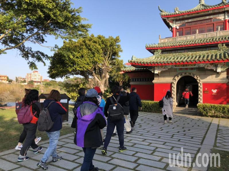 上百家台灣的旅遊業者今天到金門知名景點古崗湖考察、踩線,對金門空曠優美的景點,印象深刻。記者蔡家蓁/攝影