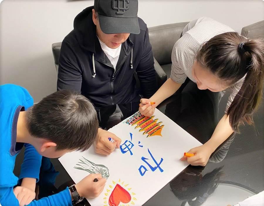 甄子丹與兒女一起畫畫。圖/人人娛樂提供