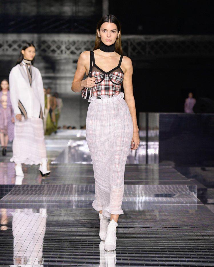 坎達爾珍娜身穿經典菱格紋與刺繡等品牌經典元素打造的裙裝。圖/BURBERRY提供