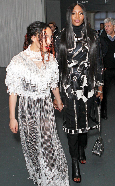 英國創作歌手FKA Twigs和娜歐蜜坎貝爾(右)在2020秋冬時裝秀上合影。圖...
