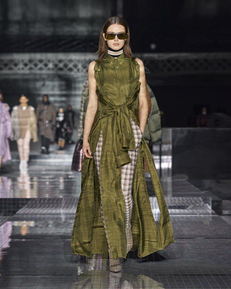 襯衫的各式拆解重組,豐富2020秋冬女裝的面貌。圖/BURBERRY提供