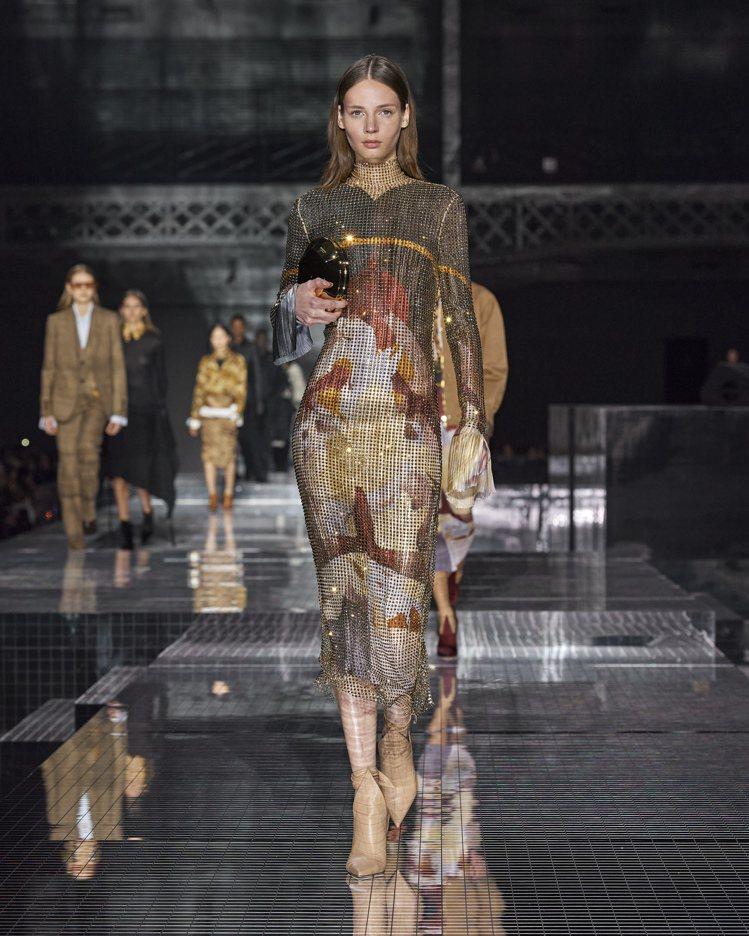 擷取遊歷印度的記憶,閃亮的珠串或水晶也構築了風華性感的女裝。圖/BURBERRY...