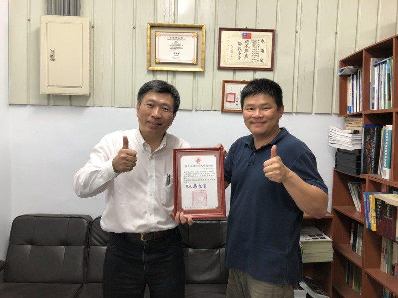高師大學務長方德隆(左)代表感謝興台光科技公司廠長黃君豪(右)捐贈二氧化氯消毒劑。圖/高師大提供