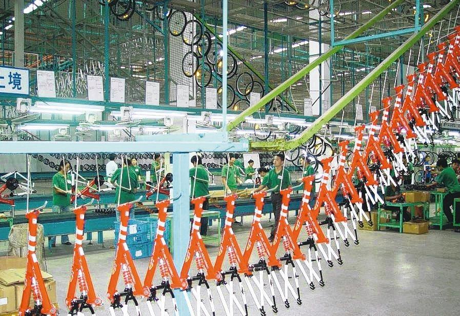 經濟部貿易局公告,將對違規「洗產地」行為調高罰金;圖為自行車生產線。(本報系資料...