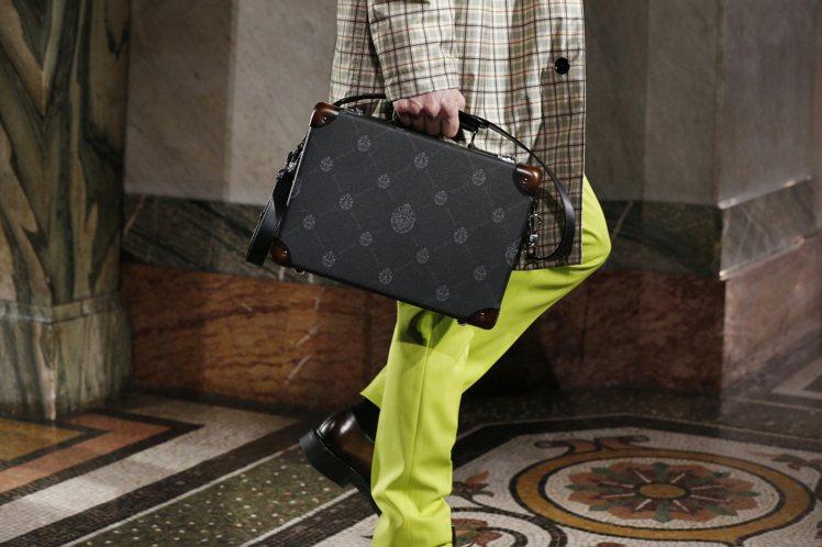 英國品牌Globe-Trotter與Berluti聯名推出旅行系列袋包、行李箱。...