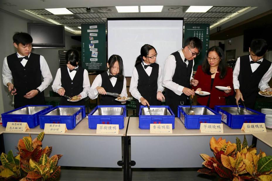 創校近百年的北市東方工商,109學年起將停招。圖為該校餐飲科學生之前展現廚藝成果。聯合報系資料照片