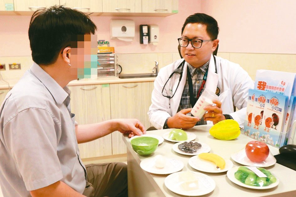 亞大醫院腎臟科醫師李其育(右)說,未控制好三高、肥胖、高尿酸併痛風、頻繁使用止痛...
