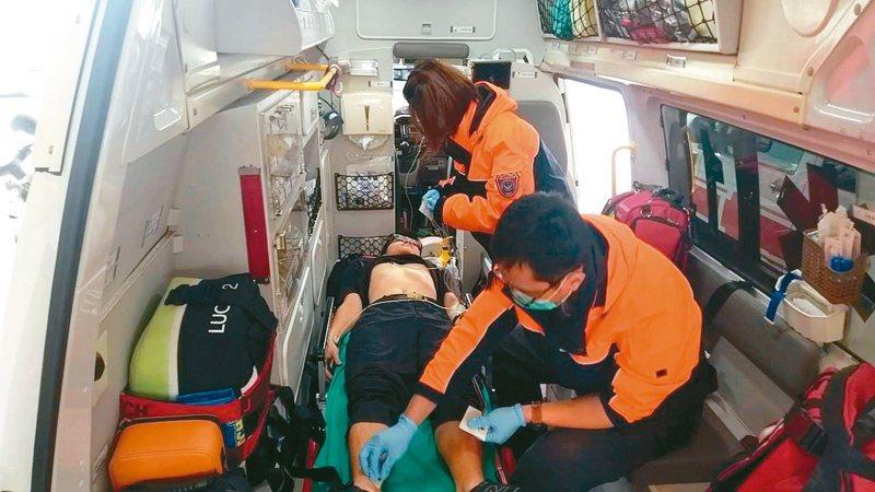 台南市推行「行動急診室」,由消防局救護人員針對重症病患執行心電圖檢查後,如為急性心肌梗塞病患,馬上送往急救責任醫院,爭取救援黃金時間。 圖/台南市消防局提供