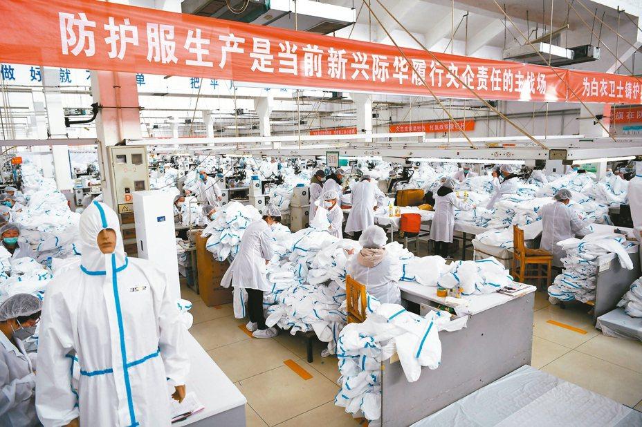 河北「超級工廠」際華3502廠,日產防護服2.6萬套,出廠24小時可到達武漢抗疫一線。 中新社