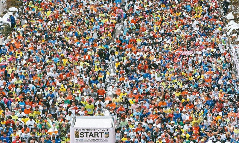 東京宣布2020年東京馬拉松僅舉辦菁英賽賽事,取消3萬8000人參與的一般跑者組別。圖為2014年東京馬拉松現場。 (美聯社資料照)