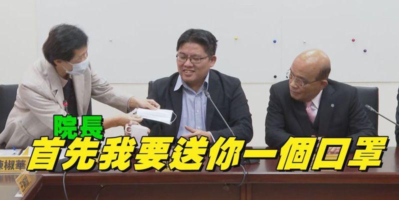 行政院長蘇貞昌(右)昨拜會時力黨團時,立委陳椒華(左)除了戴口罩,也主動贈送蘇揆口罩。 記者徐宇威/攝影