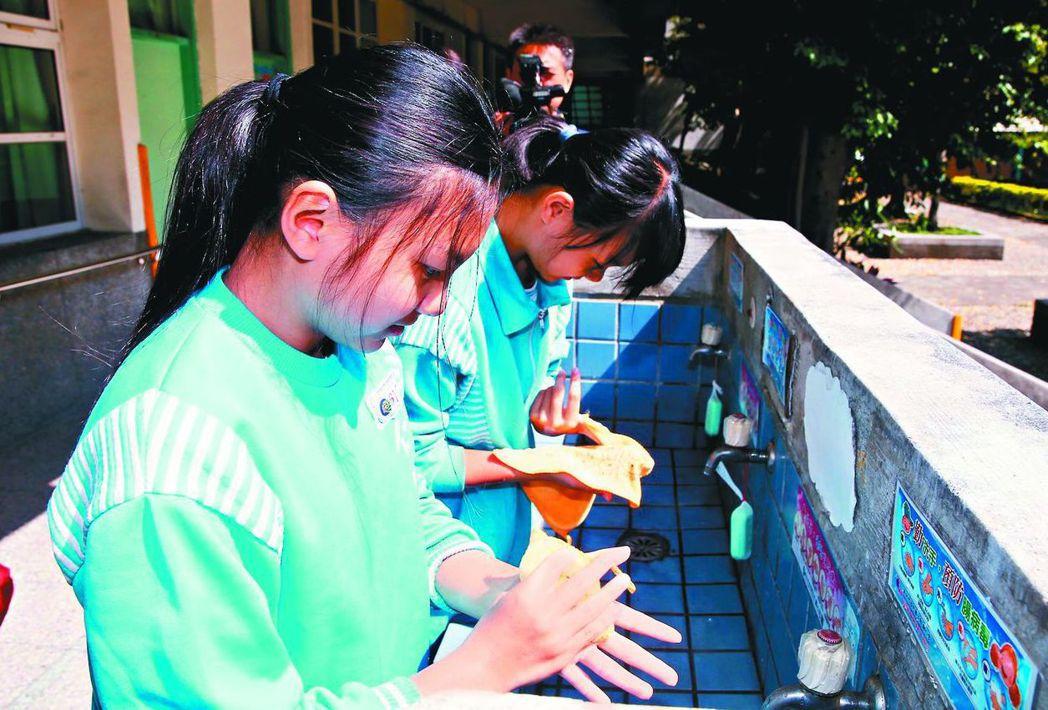 洗手須使用肥皂,並遵照「內外夾弓大立腕」口訣。 圖/聯合報系資料照片