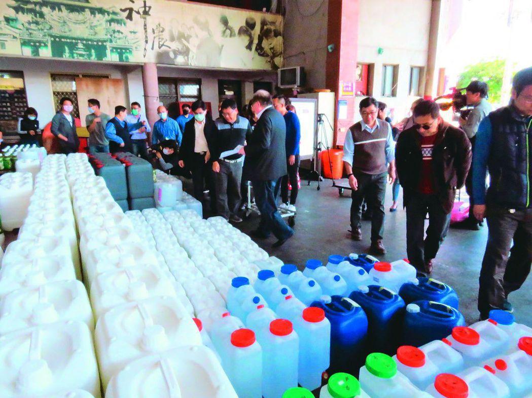 日前三重先嗇宮捐出6000公升次氯酸水給學校。 圖/聯合報系資料照片