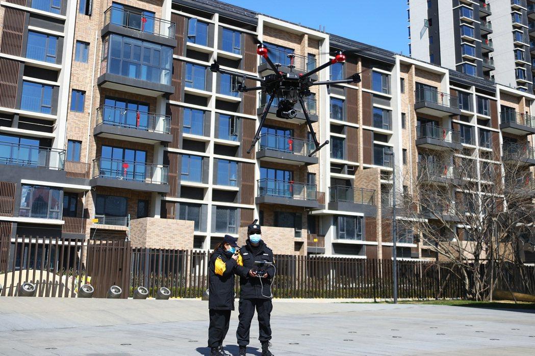 江西省南昌市青雲譜區,民警使用無人機在社區開展疫情防控宣傳。(中新社)