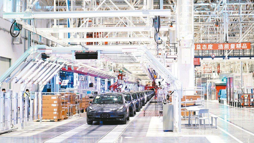 特斯拉上海廠在2月10日重新開工後,大部分門市也從17日陸續開市。圖為特斯拉上海...