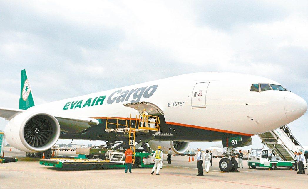 疫情影響導致空運載貨數量緊縮,近期台灣到北上廣深運價飆漲。 本報系資料庫