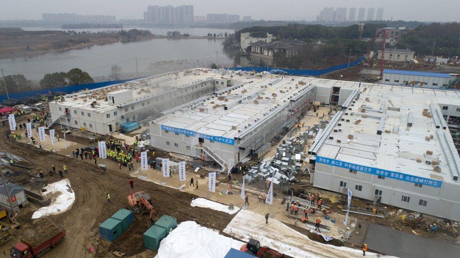 武漢在10日內迅速建成火神山醫院。 中新社