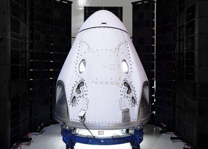美國太空探索公司今天宣布,將與征服太空之旅公司合作,載送4名旅客抵達以往私人太空遊都未能觸及的高度,任務於2022年底前執行,花費逾1億美元(約新台幣30億元)。 美聯社