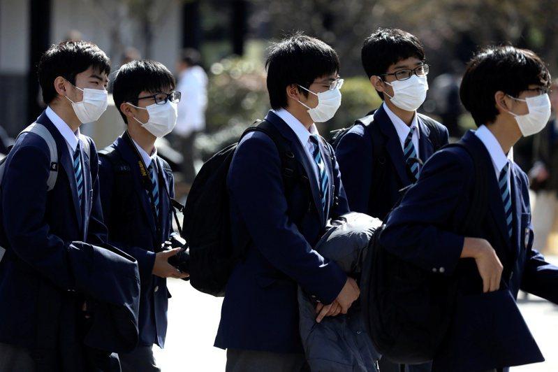 受到新冠肺炎(COVID-19)疫情影響,日本高校畢業旅行紛紛更改行程或延期。 路透社