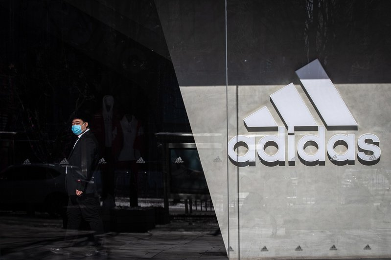 德國運動服飾製造商阿迪達斯(Adidas)與競爭對手彪馬(Puma)今天表示,受到新冠肺炎疫情影響,兩家公司在中國的許多門市都暫時關閉,導致近幾週業績大幅下滑。 歐新社