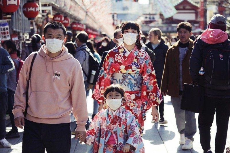 東京淺草寺遊客戴上口罩防疫。 圖/美聯社