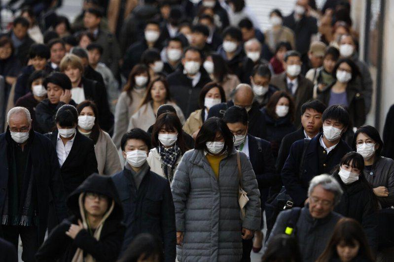 日本面對這次新冠肺炎的疫情,表現得荒腔走板,令外界憂心。圖為二月的東京街頭。美聯社