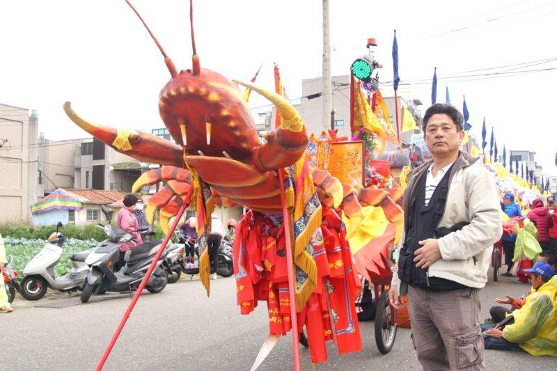 莊昭盛近日拍攝蕭壠香廟會活動,在蜈蚣陣陣頭留下身影 圖/謝進盛 攝影