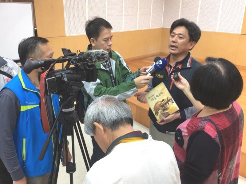 莊昭盛發表「歷史印記~新營郵局誌」新書,接受媒體採訪。 圖/莊昭盛提供