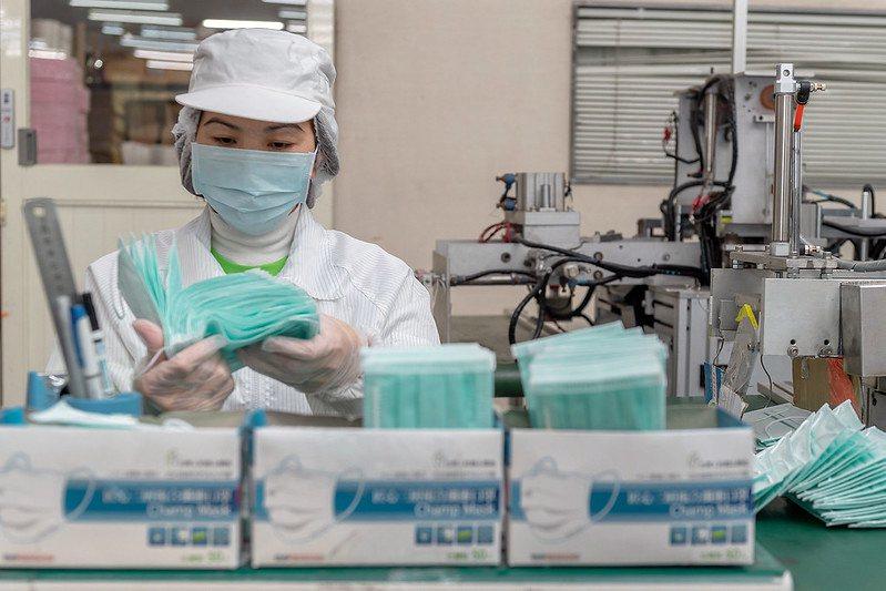 因應疫情不見降溫趨勢,口罩工廠加開生產線應變口罩荒。 圖/取自總統府 Flickr