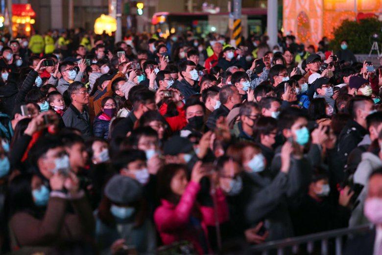 2月15日台北燈節開幕,民眾配戴口罩賞燈。 圖/聯合報系資料照