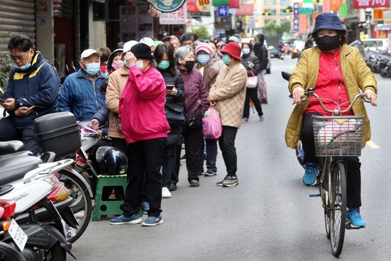 2月17日,民眾在藥局排隊購買口罩。 圖/聯合報系資料照