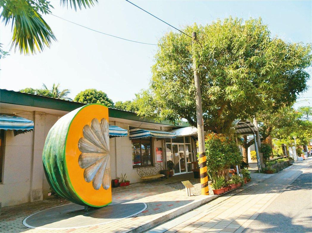 已熄燈的屏東枋寮F3鐵道藝術村,由枋寮鄉公所提出地方創生計畫,規畫打造自給自足的...
