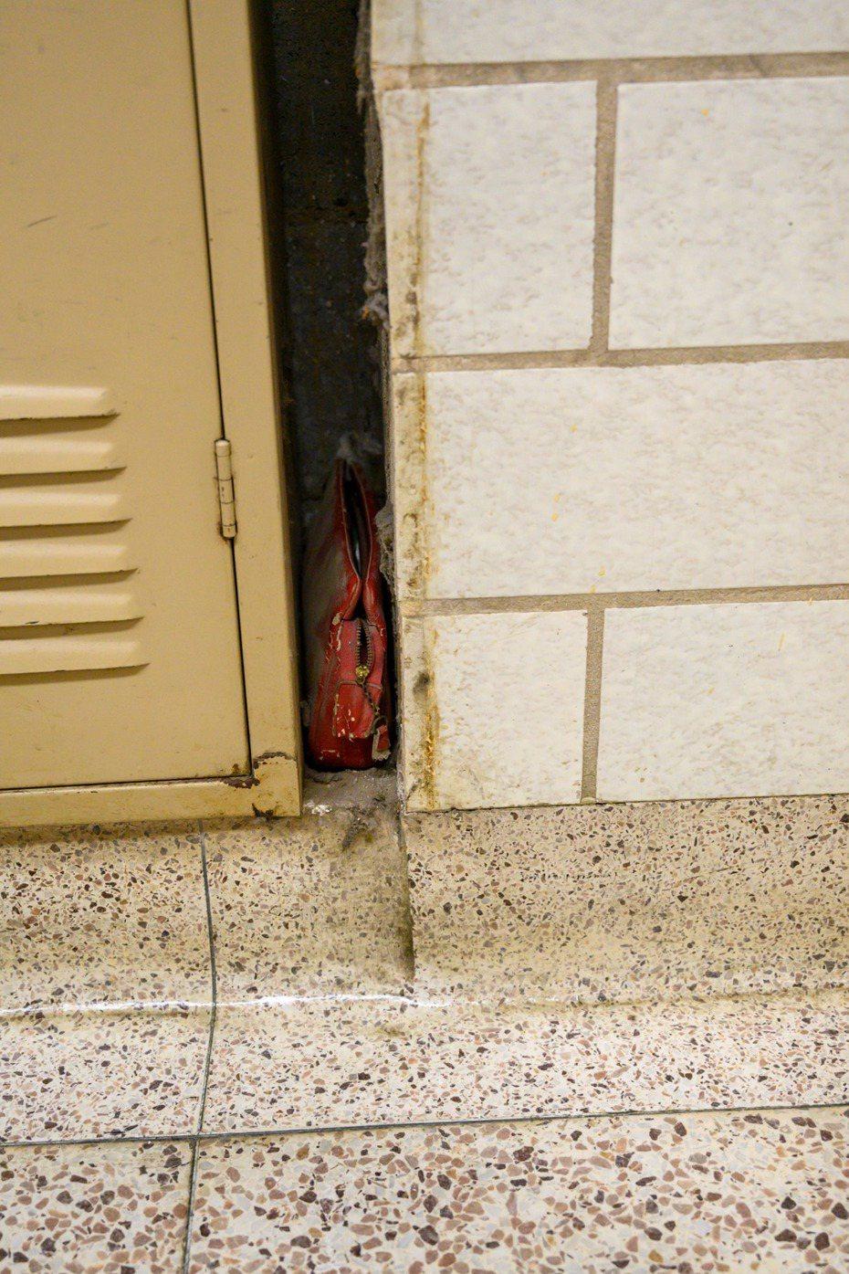 美國一間高中發現了六十年前的學生疑留下來的錢包。圖/Facebook