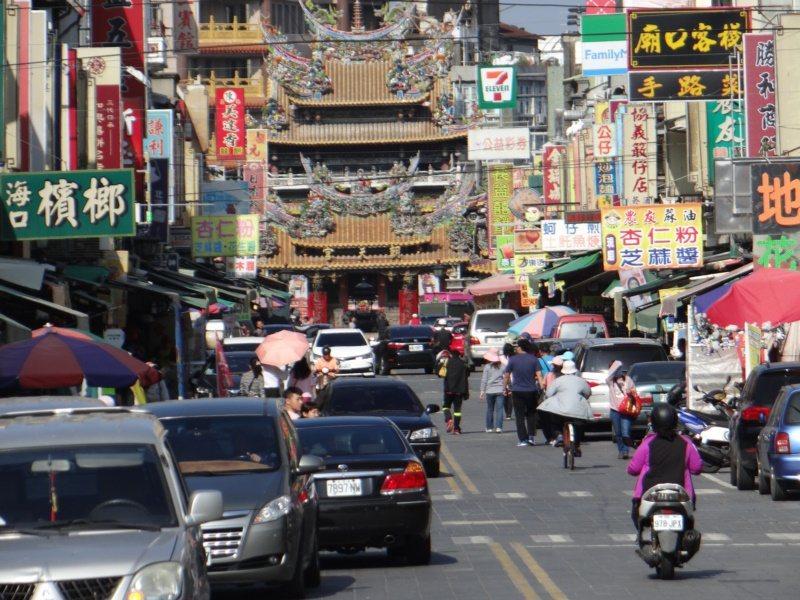 朝天宮前的廟前大街,特產店一家接一家,是購物天堂。 圖/蔡維斌 攝影